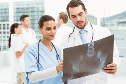 Medici che esaminano lastre davanti a un ospedale