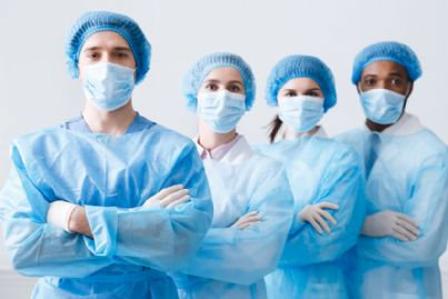 gruppo di medici in camice azzurro