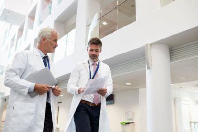 medici che camminano chiacchierando in ospedale