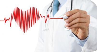 medico che disegna un cuore