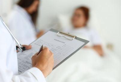 Medico che prende appunti