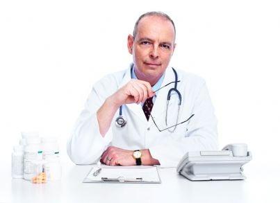 un medico seduto alla propria scrivania