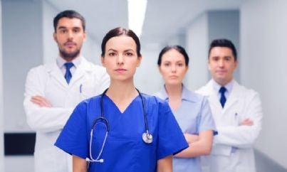 medici con facce serie