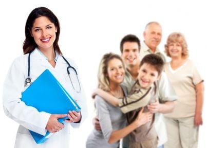 un medico con alle spalle i cittadini