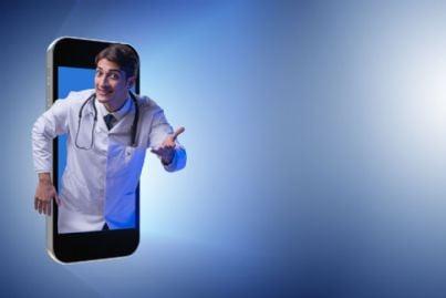 medico che fa telemedicina