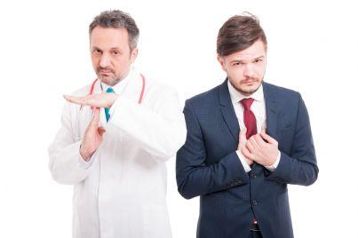 medico a fianco uomo che si tocca il cuore