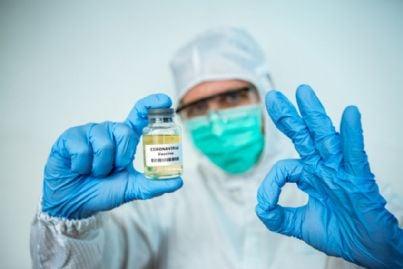 medico con vaccino coronavirus