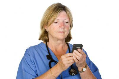 medico donna che guarda cercapersone