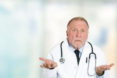 un medico con espressione perplessa