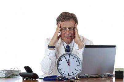 medico stressato dal passare del tempo