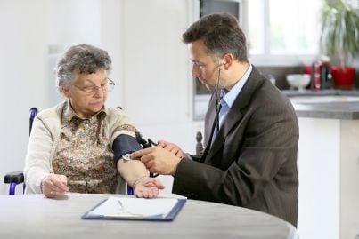 medico visita anziana a casa