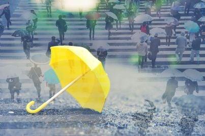 ombrello giallo giornata di pioggia