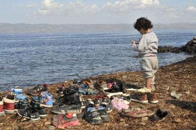 bambino solo dopo sbarco migranti