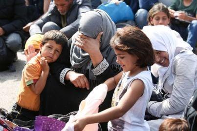 donne e bambini migranti sbarcati