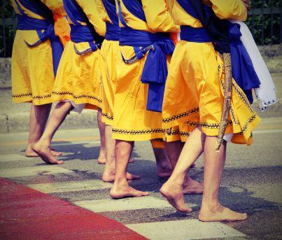 uomini di religione sikh con pugnale nella cintura