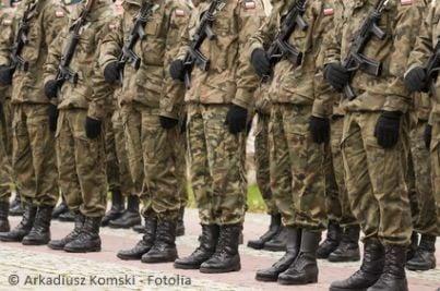 Militari in divisa e in fila