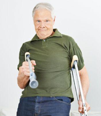 anziano minaccia con una stampella