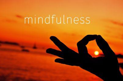 mano che esercita mindfulness