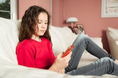Ragazza minorenne con uno smartphone