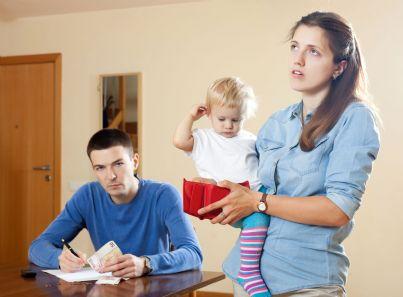 moglie chiede soldi al marito con bambino in braccio
