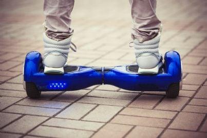 un monopattino elettrico o hoverboard