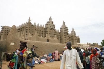 una moschea con piazza colma di credenti