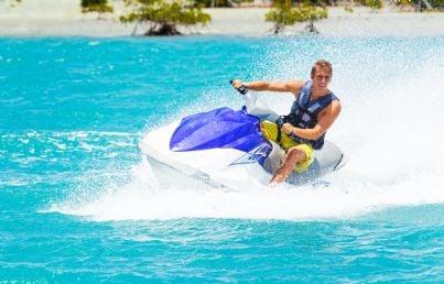 uomo sfreccia in mare con acqua scooter