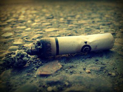 Mozzicone sigaretta spento per terra