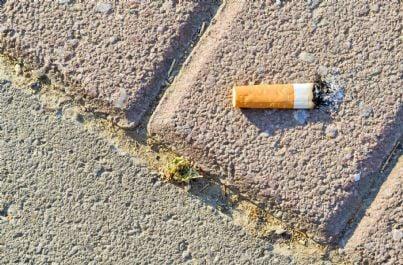 mozzicone di sigaretta sul marciapiede