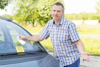 uomo perplesso trova multa sulla sua auto