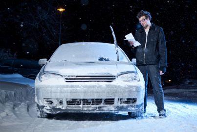 uomo legge multa trovata su macchina ricoperta di ghiaccio