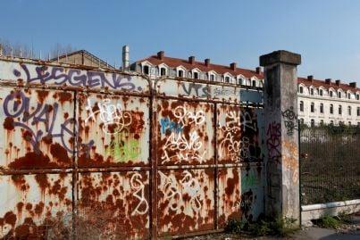 muro sporcato da graffiti