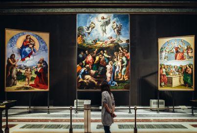 giovane guarda dipinti museo vaticano