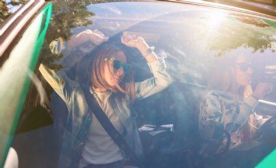 donne ballano in auto a ritmo di musica