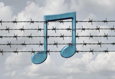 nota musicale in un filo spinato concetto di censura