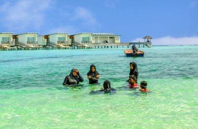 musulmani con burka in mare