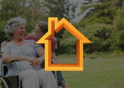 anziana invalida sorride a nipote pensando a mutuo casa