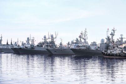 navi militari ancorate in un porto