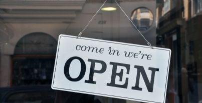 negozio con cartello aperto