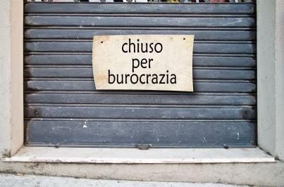 serranda negozio chiuso per burocrazia