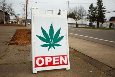 insegna negozio di cannabis con sopra scritto aperto