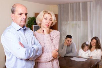 nonni e genitori figli preoccupati per reddito di famiglia