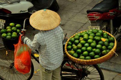 Anziana donna in bici al mercato