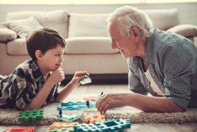 nonno e nipote che giocano