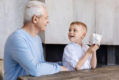 nonno e nipote con salvadanaio