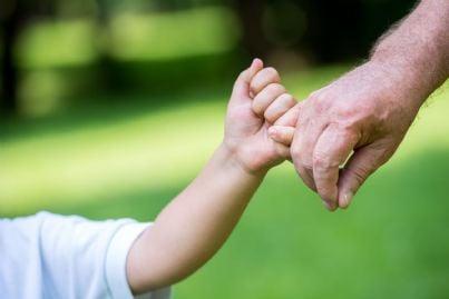 nonno e nipote che si stringono la mano