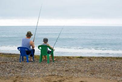 nonno e nipote pescano al mare