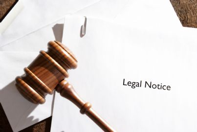 notifica di un atto legale con martello