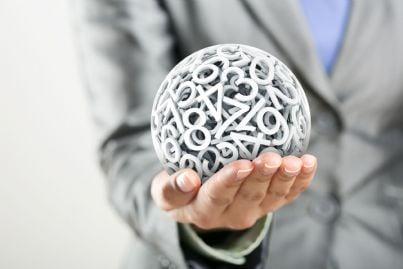 numeri di plastica che formano una sfera nella mano di una donna