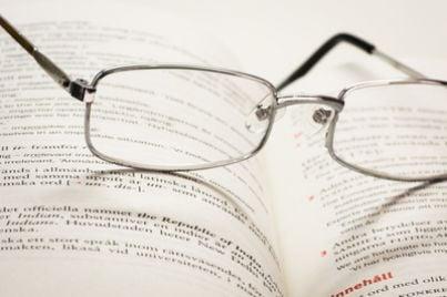 penna occhiali scrive
